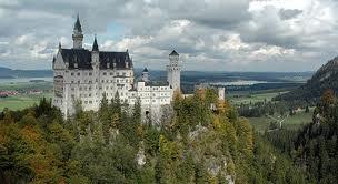 """No restaurante do Hotel Ruebezahl, o hóspede desfruta da vista do castelo de Neuschwanstein, do rei Ludwig II. Esse catelo inspirou Walt Disney no castelo da """"Cinderela""""."""