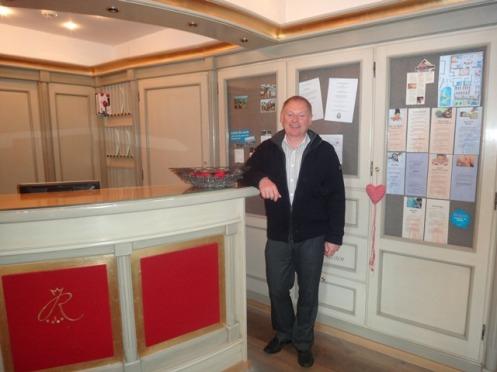 Erhard (na recepção do seu Hotel Ruebezahl), esposo da brasileira Giselle, o hoteleiro alemão que sonhou construir em Petrópolis, RJ, uma pista especial de patinação no gelo.