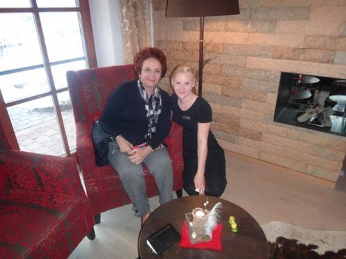 Abigail com Verena, a massagista do Ruebezahl, que faz tratamentos corporais anti stress, a base de massagens e sais minerais.