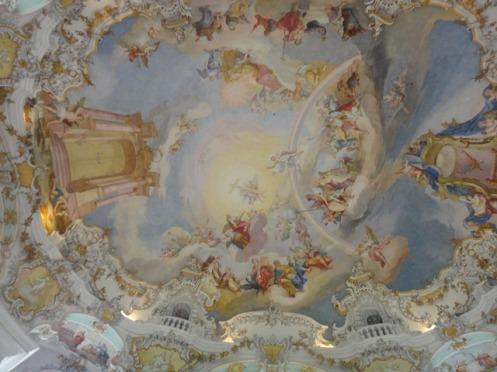 Afrescos no estilo rococó que adornam a abóbada da nave central da igreja de Wieskirche.